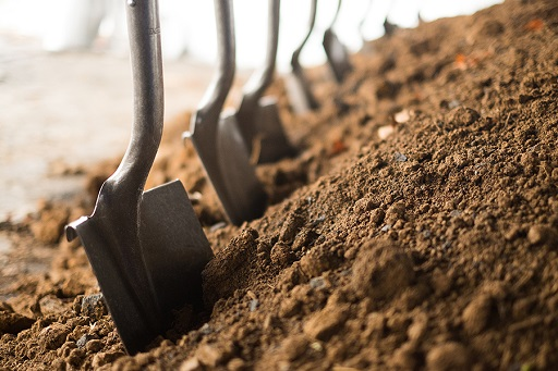How to Easily Find Everything for Your Garden 2 A Digging Shovel - Copy