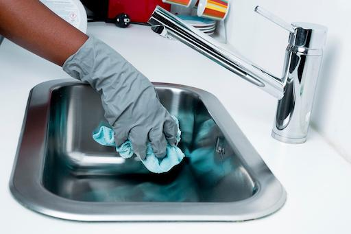 Time-Saving Cleaning Tips From the Experts Soak Your Sink and Bathtub copy
